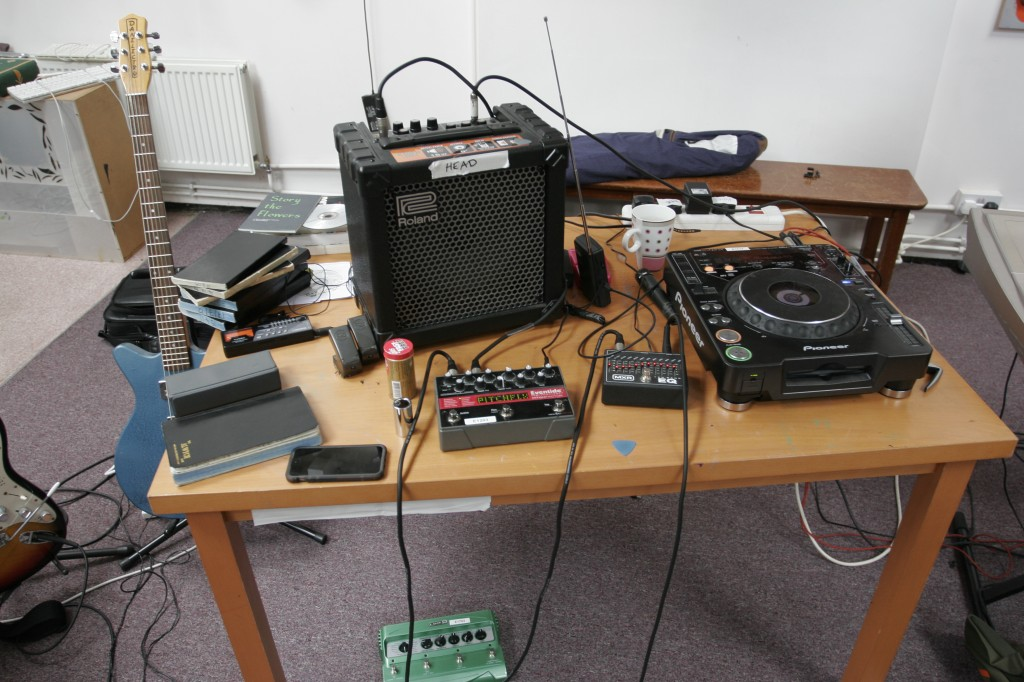Here we can see Karl's working area, including amp, guitar effects and CD player.